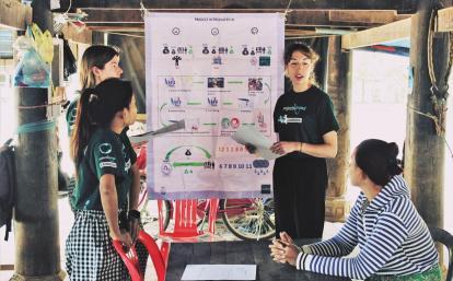 マイクロファイナンスの高校生ボランティアがカンボジアでビジネストレーニングの準備に取り組む